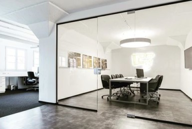 Modernes Büro mit Besprechungsraum