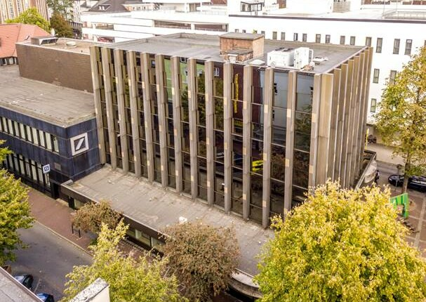 Ehemaliger Sitz der Volksbank Oberhausen verkauft   RUHR REAL vermittelt Immobilie an Schmidt-Gruppe